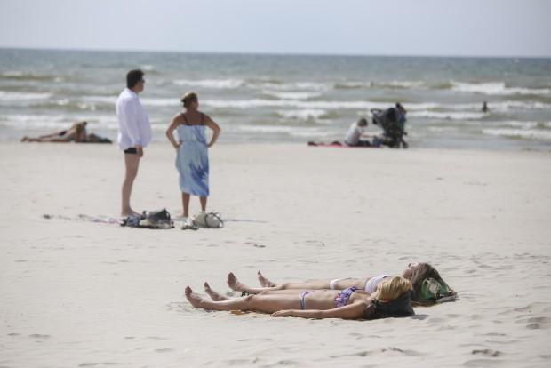 Nedēļas nogali prognozē ļoti karstu – nenodari sev pāri sauļojoties