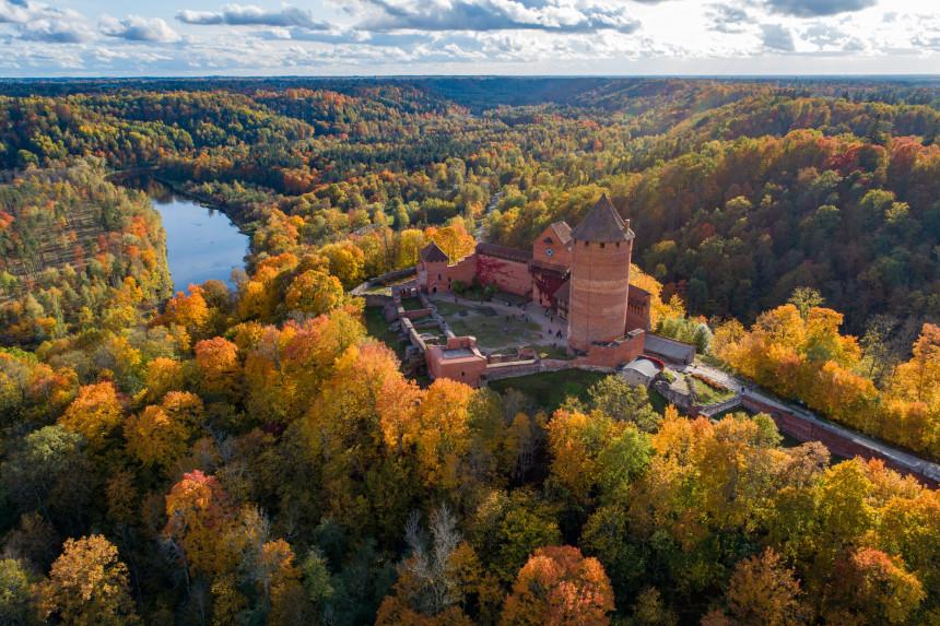 Aizvadītajā nedēļas nogalē zelta rudeni Siguldā vērojuši par 311% vairāk  tūristu nekā pērn - nra.lv